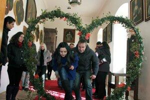 Rôznymi symbolmi lásky vyzdobený Bojnický zámok je od dnešného dňa cieľom návštev mnohých zamilovaných párov. Rok 2012.