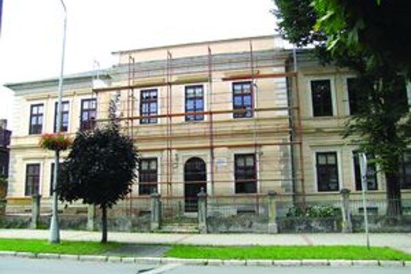 Evanjelické gymnázium. Vynovia fasádu aj interiér školy.
