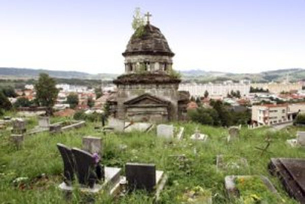 V kritickom stave je aj hrobka Lehotských na cintoríne v Brezne, ktorá patrí k najkrajším v regióne.