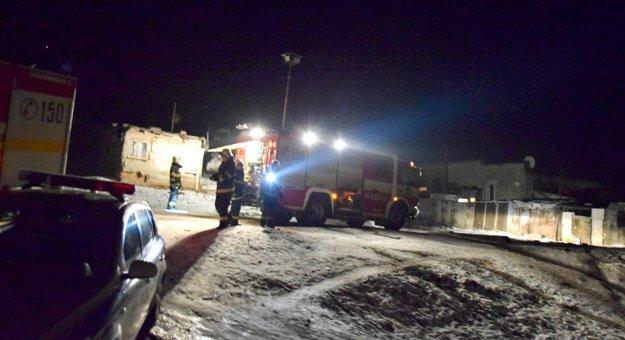 Zásah hasičov. Nakoniec museli rozoberať aj časť strechy.