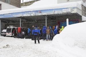 Ľudia v Zermatte čakajú na prevoz vrtuľníkom, keďže železnice a cesty sú zablokované.
