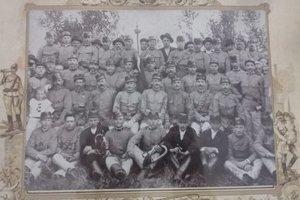 """Na fotografii z roku 1906 sú hasiči oblečení do uniformy spomínanej v predpise """"České ústřední jednoty pro Moravu a Slezsko""""."""