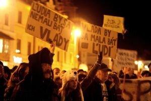 V centre Banskej Bystrice sa zišlo na proteste asi dvetisíc ľudí