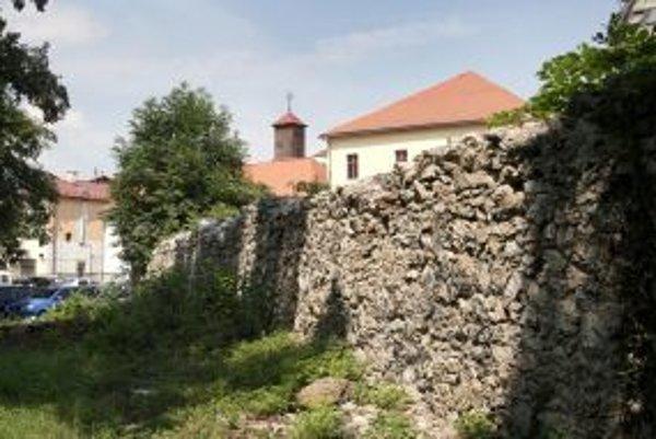 Z pôvodných hradieb sa zachovali iba niektoré časti. Aj tie si už žiadajú rozsiahlu obnovu