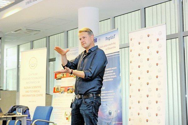 Vedec Jaroslav Fabian ako hosť bratislavskej vedeckej kaviarne Veda v centre.