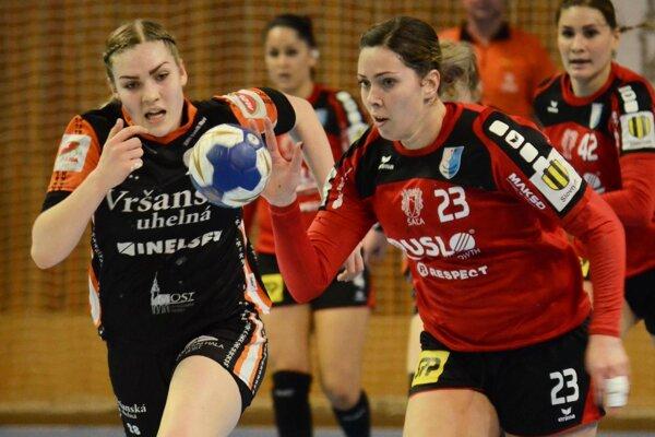 Vpravo Jasmínka Vargová, vľavo domáca Šípová.