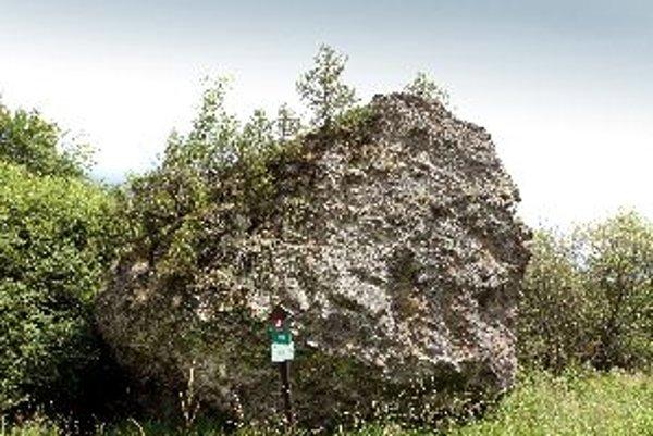 Bátovský balvan je ojedinelou prírodnou pamiatkou
