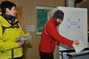 Volička hádže svoj hlas do volebnej urny počas druhého kola českých prezidentských volieb v obci Hrčava.
