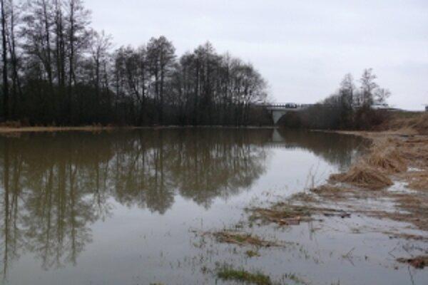 Viaceré lúky v okolí riek sú už pod vodou.