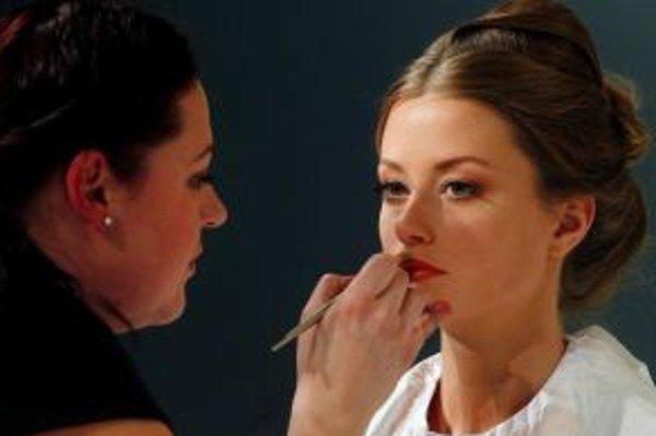 Eva Zanvitová počas súťaže pri líčení modelky.