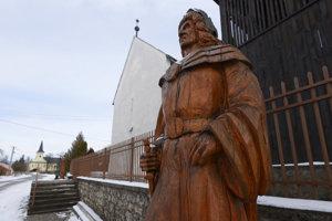 Na snímke drevená socha kráľa Mateja I. Korvína, pred kostolom Reformovanej kresťanskej cirkvi na Slovensku, v ktorej sú vzácne gotické fresky. Socha je súčasťou Kráľovskej aleje sôch Čečejovce. Celkom vľavo v pozadí je rímskokatolícky kostol.