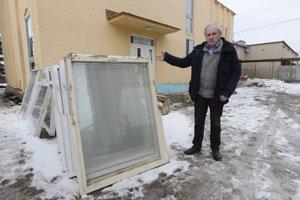 Na snímke starosta obce Čečejovce Július Pelegrin pred obecným spoločenským centrom počas rekonštrukcie.