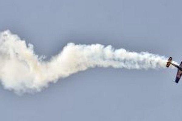 Vo vzduchu sa predvádza český akrobatický pilot Martin Šonko na lietadle Extra 300, ktorý získal jednu z cien.