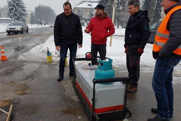 Moderné zariadenia umožní opravu výtlkov aj v zime.