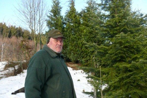 Štefan Kontšek pri svojich stromčekoch.