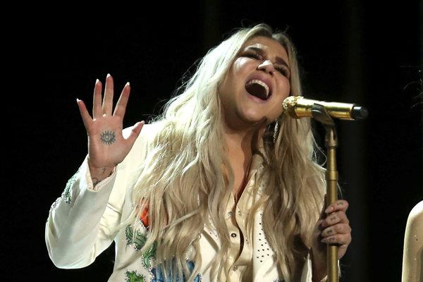 Speváčka Kesha spieva svoju skladbu Praying počas odovzdávania cien Grammy. Táto pieseň je považovaná za jej vyrovnanie sa s údajným fyzickým a sexuálnym zneužívaním, ktorého sa voči nej dopúšťal jej producent Dr Luke.