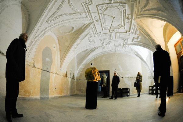 Návštevníci kaštieľa si prezerajú sochu Odchádzajúca energia plodného života - bojovník od sochára Tibora Bártfaya počas predstavenia projektu Návrat do života kaštieľa v Moravanoch nad Váhom.