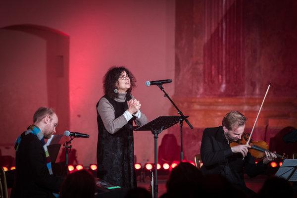 Iva Bittová na spomienkovom koncerte pre Mariána Vargu.