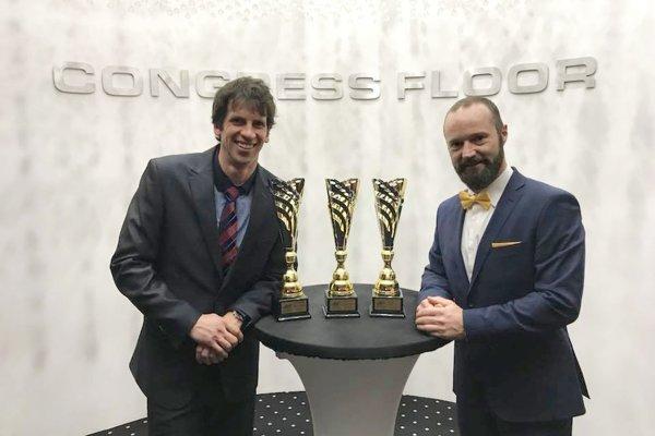 Na snímke je Alexander Slafkovský (vľavo) strénerom Stanislavom Gejdošom. Obaja zožali úspech azískali zaslúžené ocenenie.