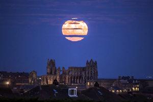 termín supermesiac označuje jav, keď je Mesiac v splne a zároveň sa nachádza, čo najbližšie k Zemi.