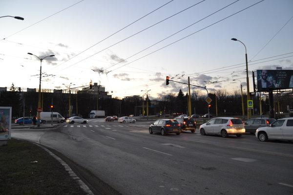 Križovatka. Po rekonštrukcii sa zvýši počet jazdných pruhov.