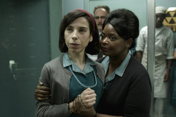 Sally Hawkins (vľavo) a Octavia Spencer vo filme Podoba vody. Obe sú nominované na Oscara, Sally Hawkins za hlavnú úlohu.