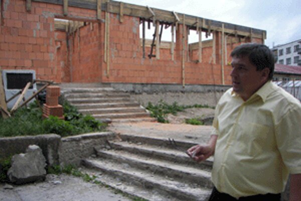 Riaditeľ školy Ján Slosiarik ukazuje, ako stavba rastie.