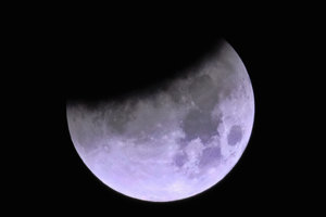 Na snímke tieň Zeme na siluete Supermesiaca nad Los Angeles. Supermesiac je najbližší orbitálny bod k Zemi, je druhým plným mesiacom v kalendárnom mesiaci a je  považovaný za modrý mesiac.