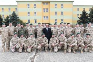 Spoločná fotografia náčelníka Generálneho štábu OS SR generál Milana Maxima (vľavo) a ministra obrany SR Petra Gajdoša s vojakmi, ktorí odchádzajú plniť úlohy do Iraku počas dnešnej slávnostnej rozlúčky v Seredi.