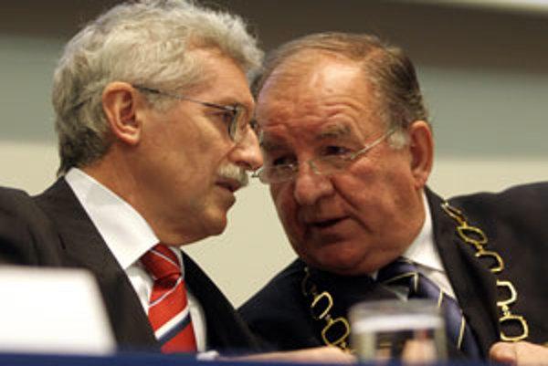 Milan Murgaš (vľavo) dnes spochybňuje zmluvu, ktorú podpísal jeho predchodca Milan Marčok (vpravo).