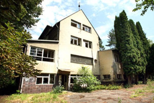Predaj bývalého sanatória na liečbu tuberkulózy a respiračných chorôb na Borovej hore vo Zvolene vyostril napätie medzi zvolenskou samosprávou a vedením župy.