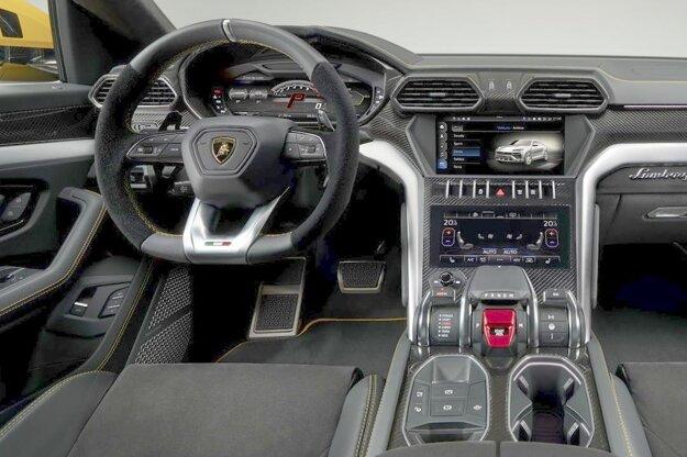 Kokpit sa vyznačuje mohutným volantom so sploštenou spodnou časťou. Na pohon modelu Urus slúži dvomi turbodúchadlami prepĺňaný štvorlitrový benzínový osemvalec, ktorého maximálny výkon je 478 kW pri 6 000 ot/min, najvyšší krútiaci moment je 850 Nm.