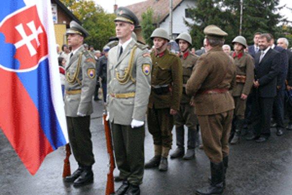 Za čestnou jednotkou pochodovalo v sobotu šesť vojakov v dobových uniformách.