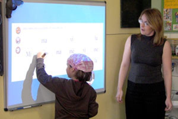 Učiteľka prvákov Kvetoslava Babiaková hovorí, že deti farebná elektronická tabula nesmierne baví.