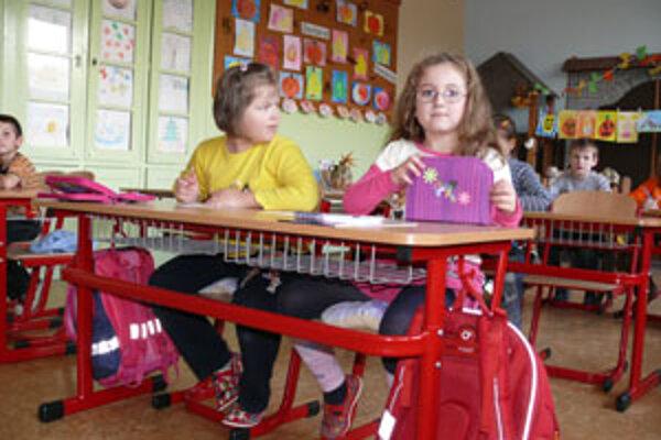 Lavice a stoličky sú výškovo nastaviteľné.