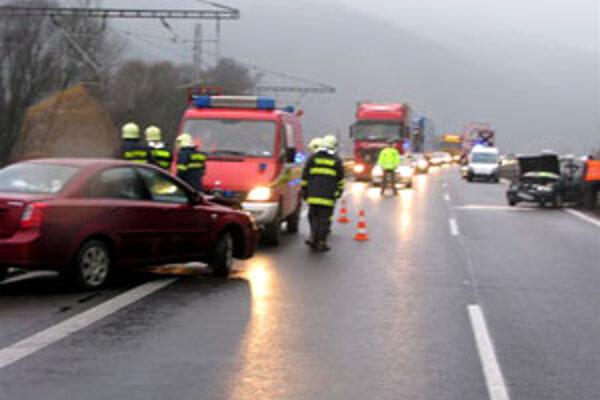 Dopravné nehody ochromili dopravu.