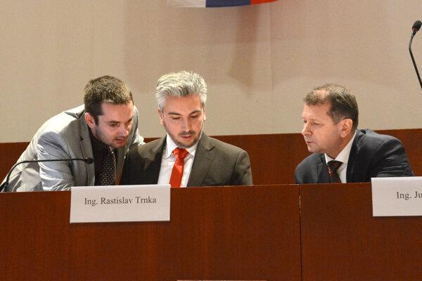 Predseda Trnka. Šéf kraja plánoval nechať rozhodovať zastupiteľstvo o členoch komisie najprv hromadne, neskôr sa hlasovalo individuálne.