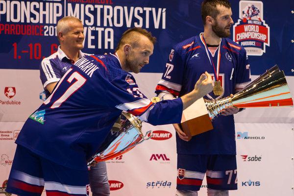 K titulu majstrov sveta prispeli aj hokejbalisti z Pov. Bystrice a Pruského. Vpravo Roman Bujdák (Protef Pov. Bystrica).