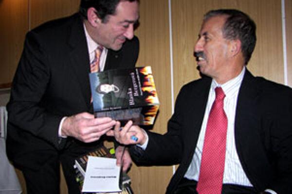 Hosť večera Avihou Efrat (vpravo) z Izraela podpisuje knihu svojej mamy Blanky Bergerovej Najväčší biznis môjho života.