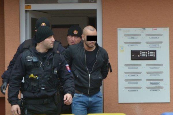 Razia v Prešove. Policajti vedú zadržaného.