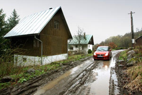 Počas daždivých dní sa chatári dostanú k svojim chatám iba s problémami.