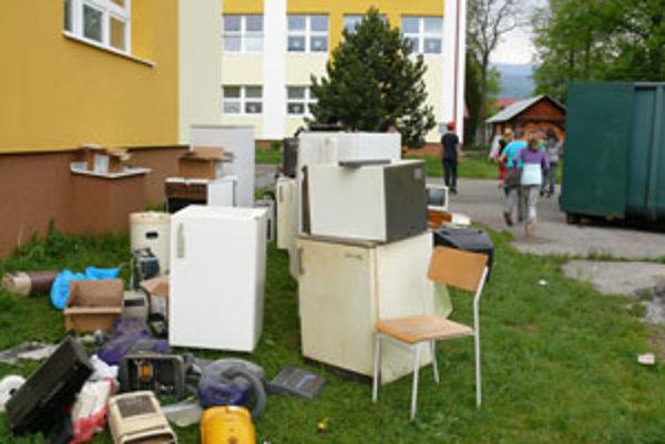 Staré spotrebiče na školskom dvore I. ZŠ v Detve.