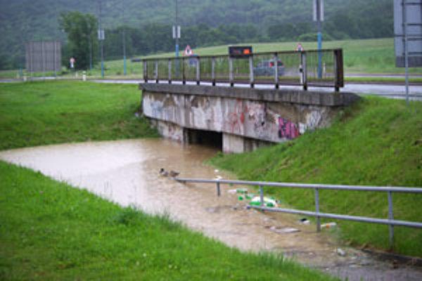 Na sídlisku Západ zatopila voda podchod pod hlavnou cestou.