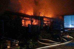 Požiar haly v obci Drietoma pri Trenčíne.