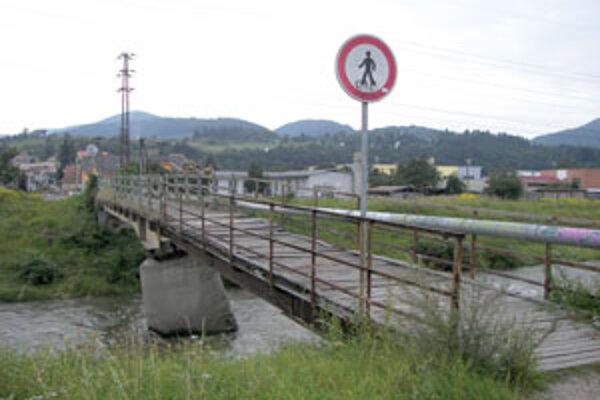 Na moste sú diery, cez ktoré by prepadlo malé dieťa.