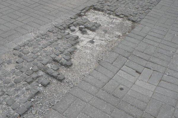 Dlažobné kocky na niektorých miestach v centre mesta chýbajú.