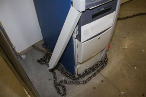Zlodejom sa bankomat nepodarilo vytrhnúť.