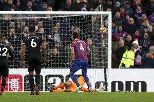 Luka Milivojevič (vpravo) strieľa z pokutového kopu vyrovnávajúci gól Crystal Palace.