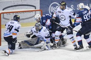 Hokejisti Nitry sa snažia pretlačiť puk do siete Košíc.