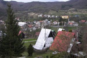 Pohľad na Železnú Breznicu. V pozadí (väčšia žlto-oranžová budova) je obnovený obecný úrad.
